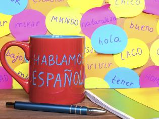 red mug with spanish words hablamo espanol